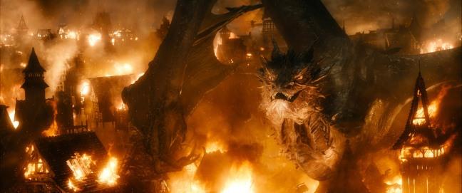 La meilleure scène du film est sans conteste son introduction. Smaug attaquant le village, cela aurait dû normalement être le bouquet final du deuxième volet.